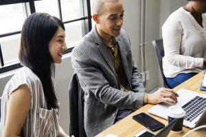 La reprise d'entreprise est pour celui qui veut diriger une entreprise un bon moyen pour se retrouver rapidement à la tête d'une exploitation bien assise. A conditions d'être prêt à fournir les efforts, à la fois financiers et humains, que cela implique. Etapes clés et bonnes pratiques.